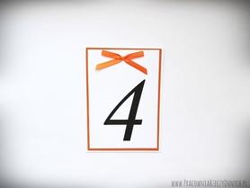 Eleganckie numery stołów z kokardą