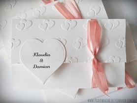 Zaproszenia wiązane z tłoczeniami i sercem
