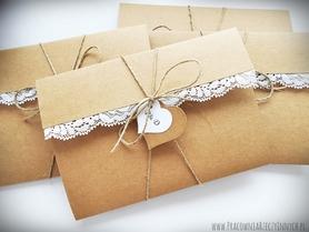 Przewiązywane zaproszenia z eko papieru i koronki.