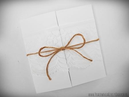Romantyczne zaproszenia z eko papieru i koronki (15)
