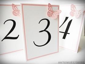 Dwukolorowe numery stołów z ażurowymi motylami /BUTTERFLY/