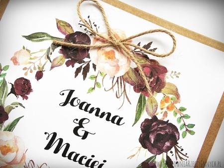 Rustykalne zaproszenia z motywem kwiatowym i kokardą. (15)