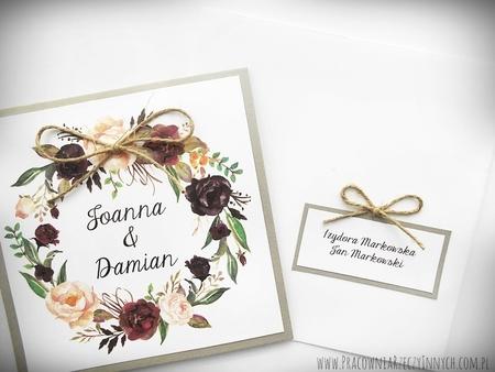 Rustykalne zaproszenia z motywem kwiatowym i kokardą. (20)