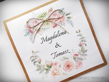Rustykalne zaproszenia z motywem kwiatowym i kokardą. (2)