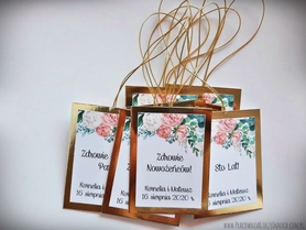 Zawieszki na złotym lub srebrnym papierze z kwiatami