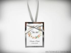 Zawieszki na lustrzanym papierze z kwiatami i kokardą