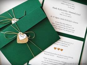 Przewiązywane zaproszenia z brokatowymi sercami