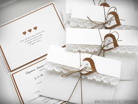 Białe kopertowe zaproszenia z koronką i sznurkiem