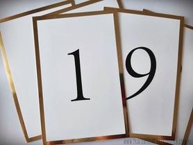 Numery stołów na lustrzanym papierze