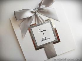Klasyczne zaproszenia ze złotem lub srebrem i tasiemką