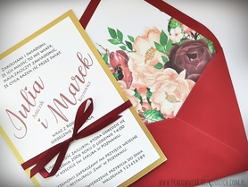 Proste zaproszenie z kopertą z wklejką kwiatową.