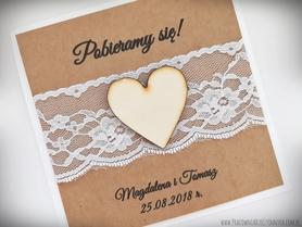 Rustykalne zaproszenia z drewnianym sercem i koronką