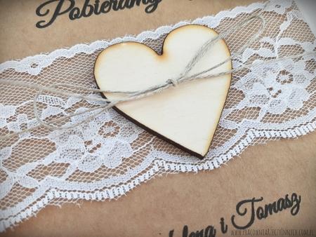 Rustykalne zaproszenia z drewnianym sercem i koronką (2)
