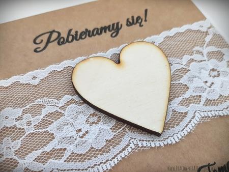 Rustykalne zaproszenia z drewnianym sercem i koronką (3)