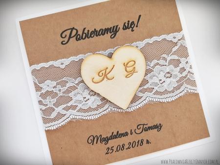 Rustykalne zaproszenia z drewnianym sercem i koronką (6)