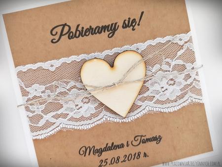 Rustykalne zaproszenia z drewnianym sercem i koronką (7)