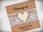 Rustykalne zaproszenia z drewnianym sercem i koronką (4)