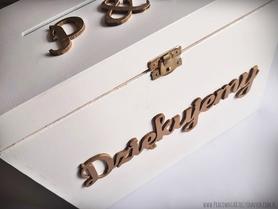 Drewniane pudełko w kolorze białym na koperty